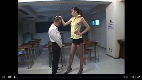 放課後の教室で網タイ破ってチビ生徒にクンニさせる長身美脚痴女教師