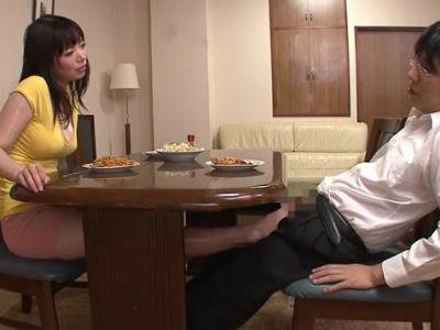 テーブルの下で義理の息子にイタズラを仕掛けて足コキと尻コキフェラで射精させるムチムチな義母 水城奈緒