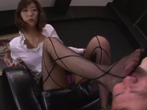 M男な校長を足コキで強制射精させて手なずける網タイツの美脚痴女教師 神波多一花