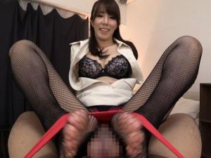 柄パンストの痴女エステティシャンが淫語責め足コキで強制射精させる!澤村レイコ