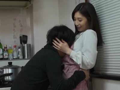 受験で上京して来た義弟を誘惑する人妻!旦那が近くにいるのにキッチンに隠れて浮気をする痴女すぎる義姉!
