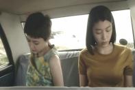 車の中で脱ぎ出す二人