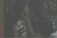 関にキスされるエマ