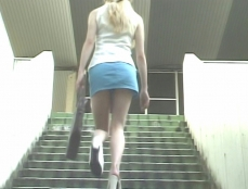 階段を上っていくアンナ