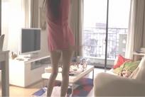 パンツ見せながら、部屋で踊っている冴子