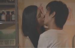 生徒の明とキスする夏子先生