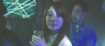 大学生を見ている琴子