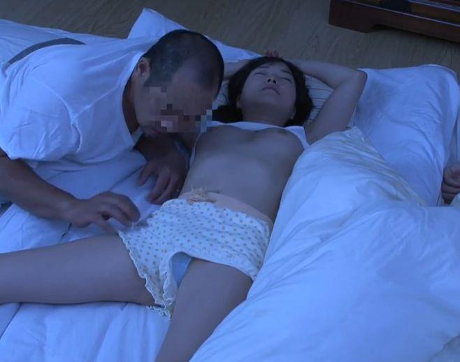 無防備な姿で寝ていた娘に興奮してしまったお父さん