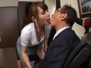 ベロキス好きの痴女OLがベロチュー手コキでキモイ上司を強制射精させる!倉持りん