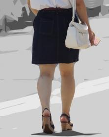 サンダル履きの豊満色白生脚