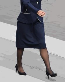 膝丈タイトスカートと質感の良い黒ストッキング
