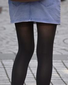 スレンダー美脚の黒タイツランガード