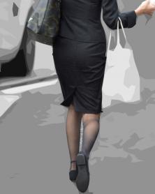 OLスーツのタイトスカートと黒ストッキング