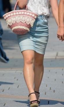 タイトなデニムのミニスカート