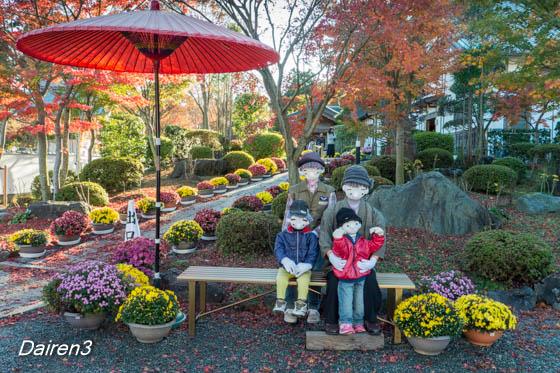 紅葉を楽しむ人形