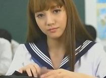 みづなれい 授業中に同級生のチンコを味わいゴックンする女子校生