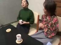還暦熟女の人生絵で初めてのレズセックス体験!40年来の親友と息の合ったおばレズを無修正でご覧ください!