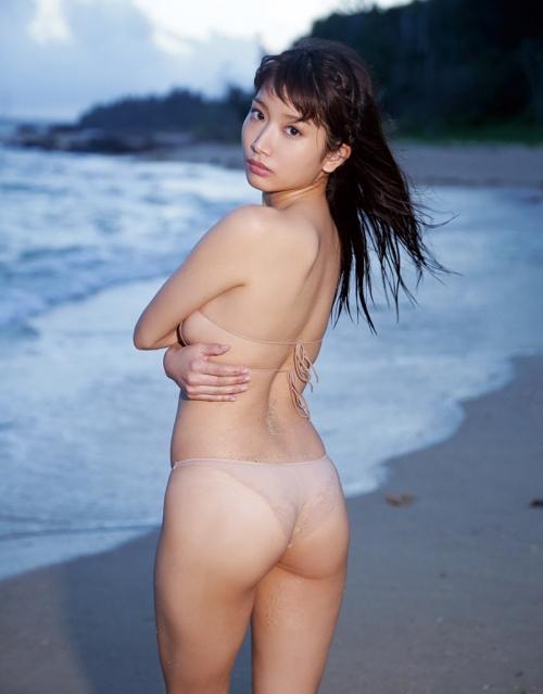 為近あんな 全裸に見えるベージュ水着でのプリ尻が最高にエロス!【ミスFLASH人気グラドル】