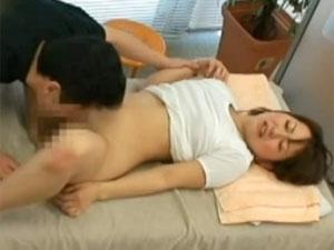 下心しかないエロマッサージ師に押し切られて無理やり中出しされる素人お姉さんを隠し撮り