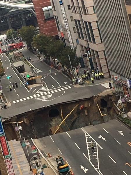 【エンタメ画像】《衝撃映像》博多の道路が陥没する瞬間の映像がヤバすぎる・・・