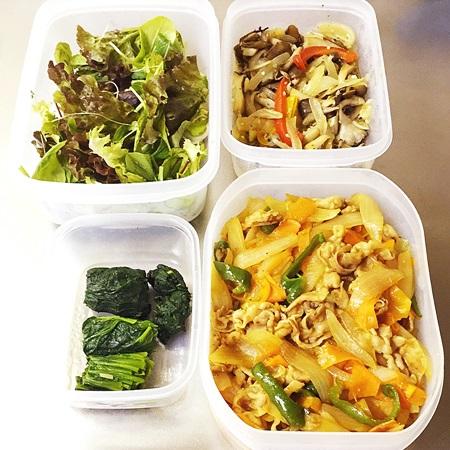 常備菜 豚肉と野菜炒め、きのこのマリネ、ほうれん草、グリーンサラダ