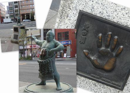 両国駅前の力士像と手形