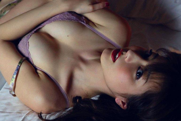 杉本有美 妖しく誘惑。真っ赤な口紅と紫の下着。