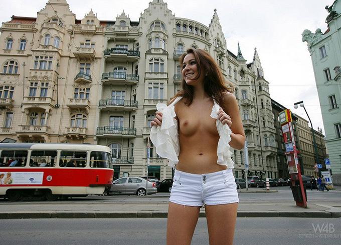 街のど真ん中でおっぱいを笑顔で露出しちゃう海外美女達のエロ画像 35枚