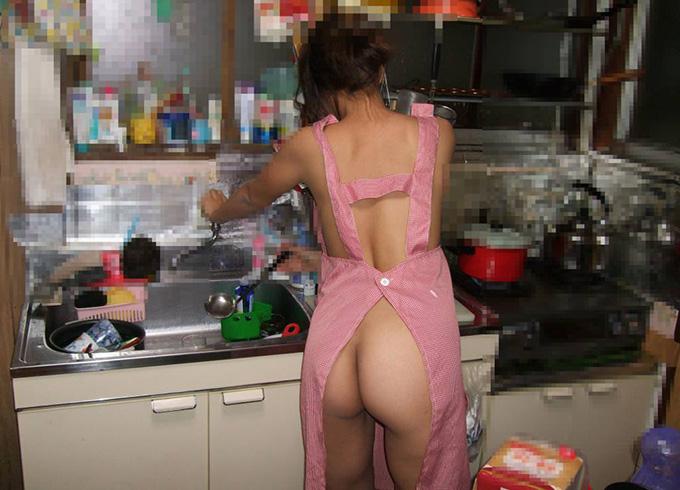 裸エプロンや下着・裸で家事をこなしてる家庭内素人画像
