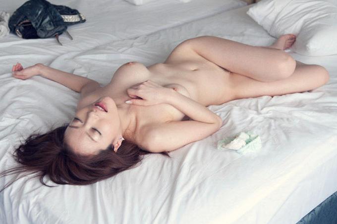 セックスの後、ザーメンぶっかけられたまま放心してるエロ画像