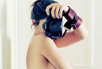 【セミヌード】美人写真家が女体の神秘的な変化を自撮りしてみた結果…(※画像あり)