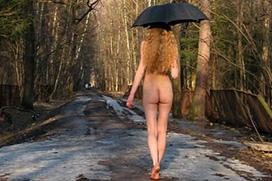 アートのようでアートではない、全裸に傘を持った女性画像