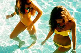 【夏】見てるこっちまで涼しくなる!ビーチやプールで楽しそうに遊んでる海外のリア充な女の子の画像