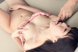 涼川絢音 男の指を舐めながら自分の指は股間に…官能オナニー画像