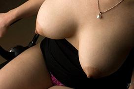【巨乳】ロケット乳の迫力満点おっぱいのお姉さんのエロ画像!