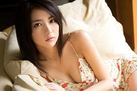 石川恋 黒髪モデル美女の、谷間と尻肉はみだしがエロい最新グラビア