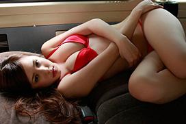 【アダルトグラビア】オッパイの谷間がエロい丸高愛実のセクシー姿ww(50枚)