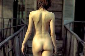 後ろ姿がキレイなスタイル良い女性のヌード画像
