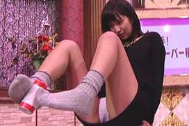 スカパーでAV女優・湊莉久が積み木パンチラ