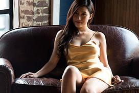 絶品ボディで人気を集める美竹すずちゃんのサービスショット満載の着衣グラビア!