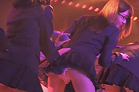 【Gif画像】柏木由紀、年末の劇場公演でパンツ丸見え!手越が舐めた食い込みケツwww
