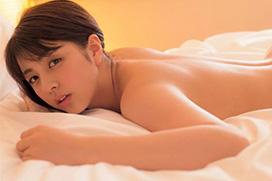 柳ゆり菜、裸でベッドに寝そべる過激ショット!「Eカップ柔乳が・・・」「脱ぎっぷりが大胆」