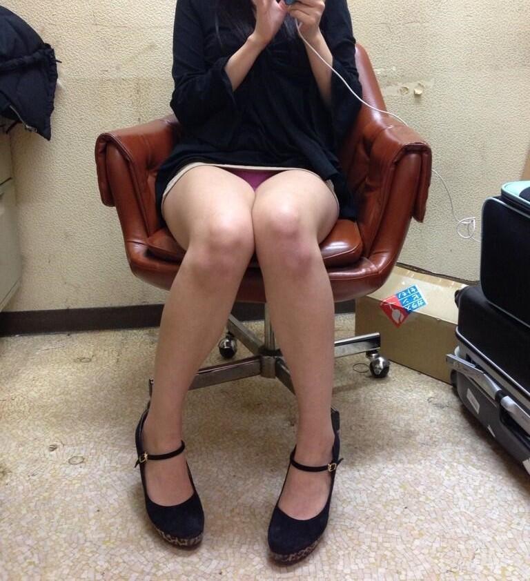 座りチラ4