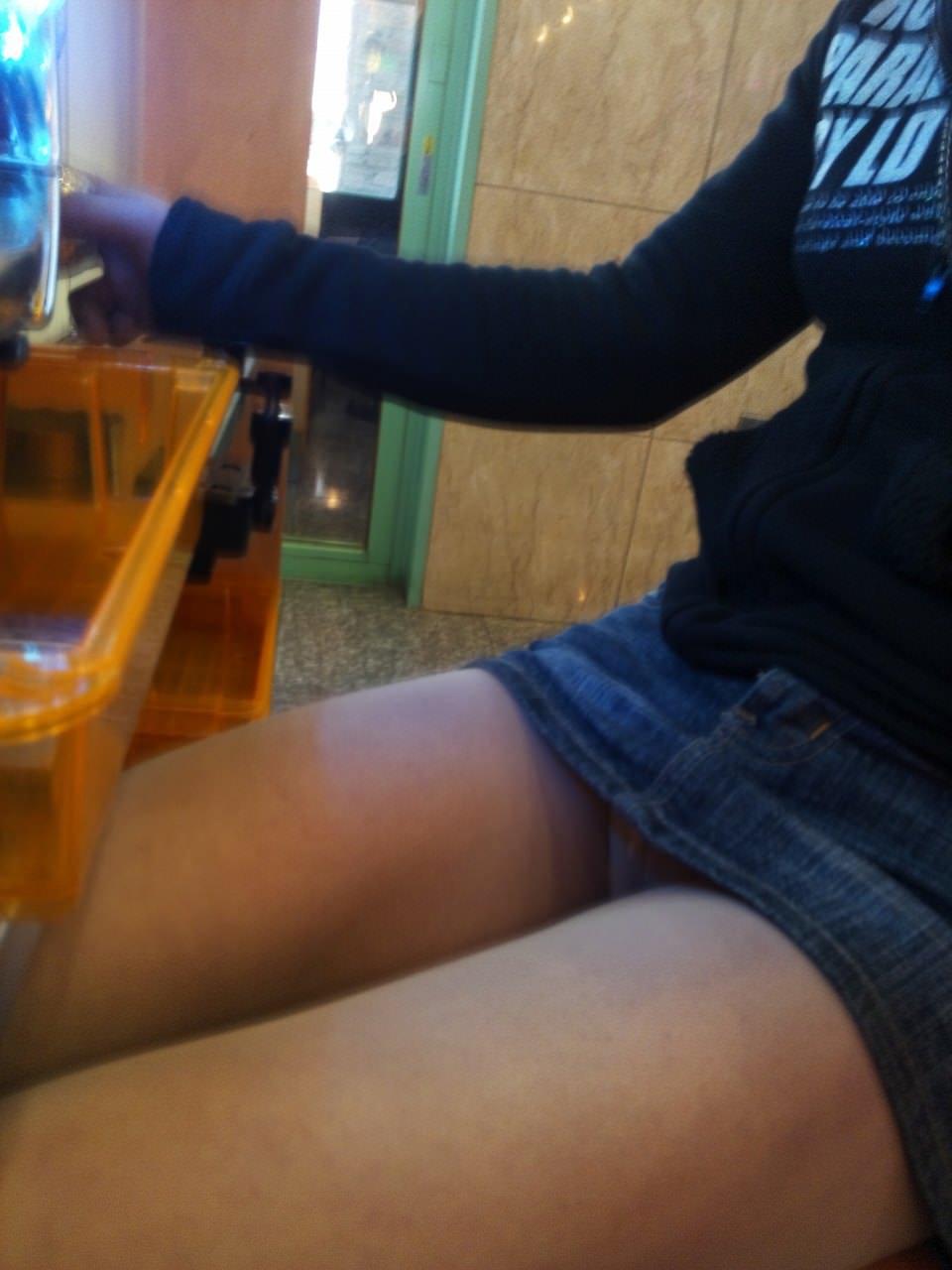 パチンコ屋で脚とチラ3