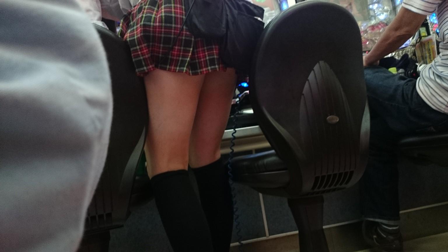 パチンコ屋で脚とチラ4