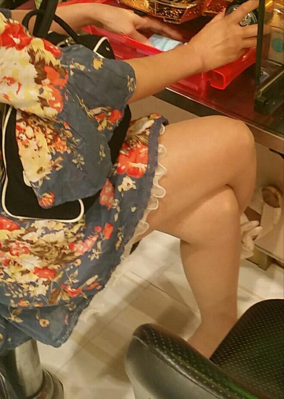 パチンコ屋で脚とチラ8