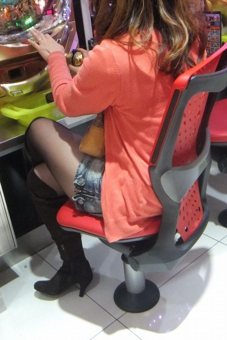 パチンコ屋で脚とチラ11