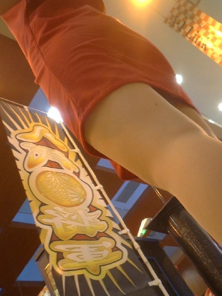 パチンコ屋で脚とチラ12