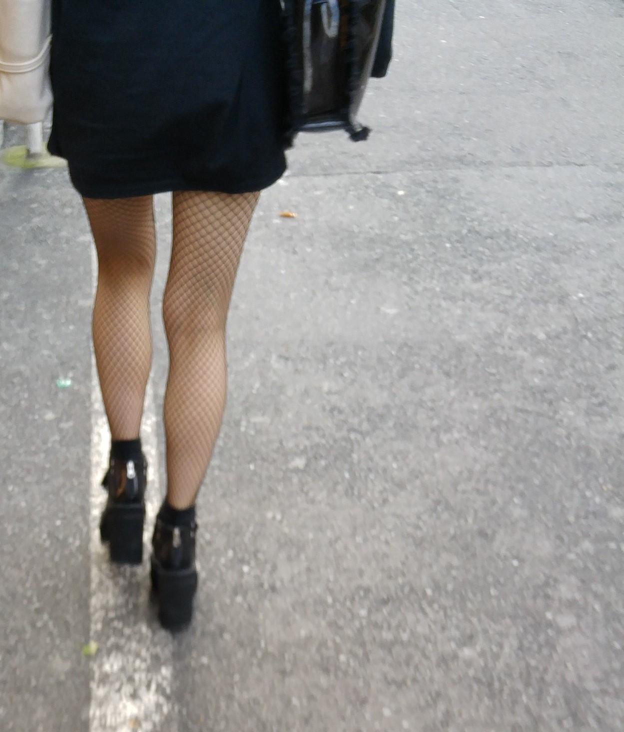 街中 黒網タイツの脚5