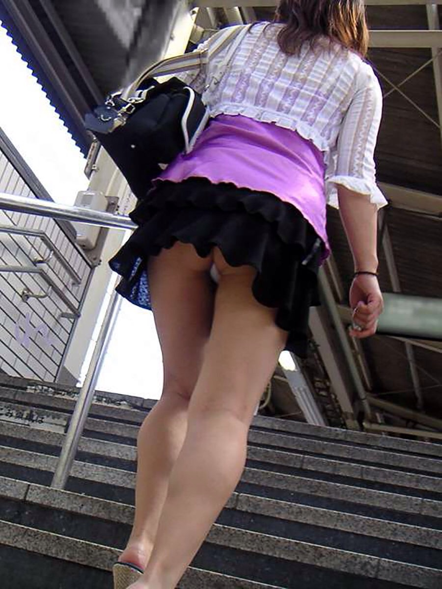 階段でチラ1